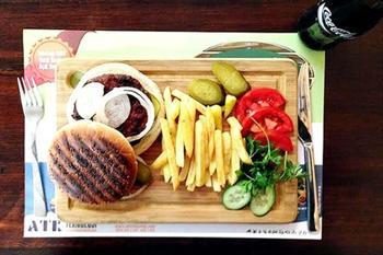 Mangal Sefas�'n�n Balgat, �ayyolu ve Bat�kent �ubelerinde Ge�erli 125 Gram Dev Burger Men� 10,5 TL
