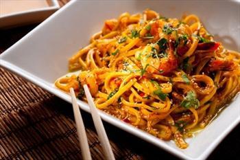 Red Dragon'da Sebzeli Noodle ve Me�rubat 10,90 TL