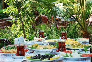 Bak�rk�y �ehristan Cafe & Restaurant'ta S�n�rs�z �ay E�li�inde Zengin Serpme Kahvalt� Keyfi 26 TL Yerine 11,90 TL!